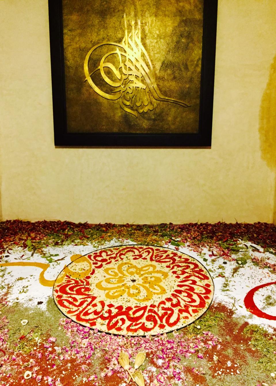 Tapis épicée: Œuvre réalisée à l'aide des épices  par l'artiste mohamed Boustane